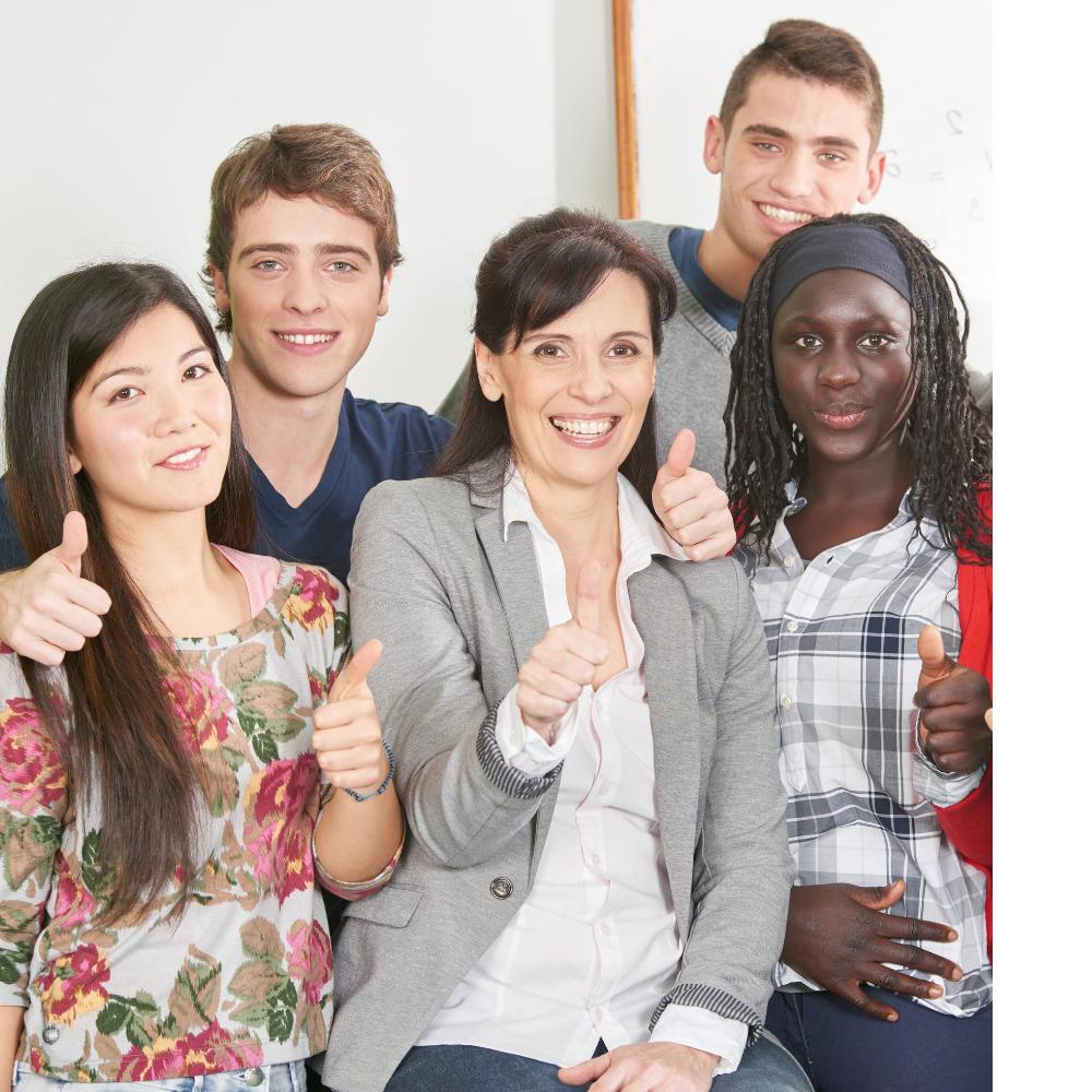 Eine Gruppe glücklicher Schüler mit ihrer Deutschlehrerin