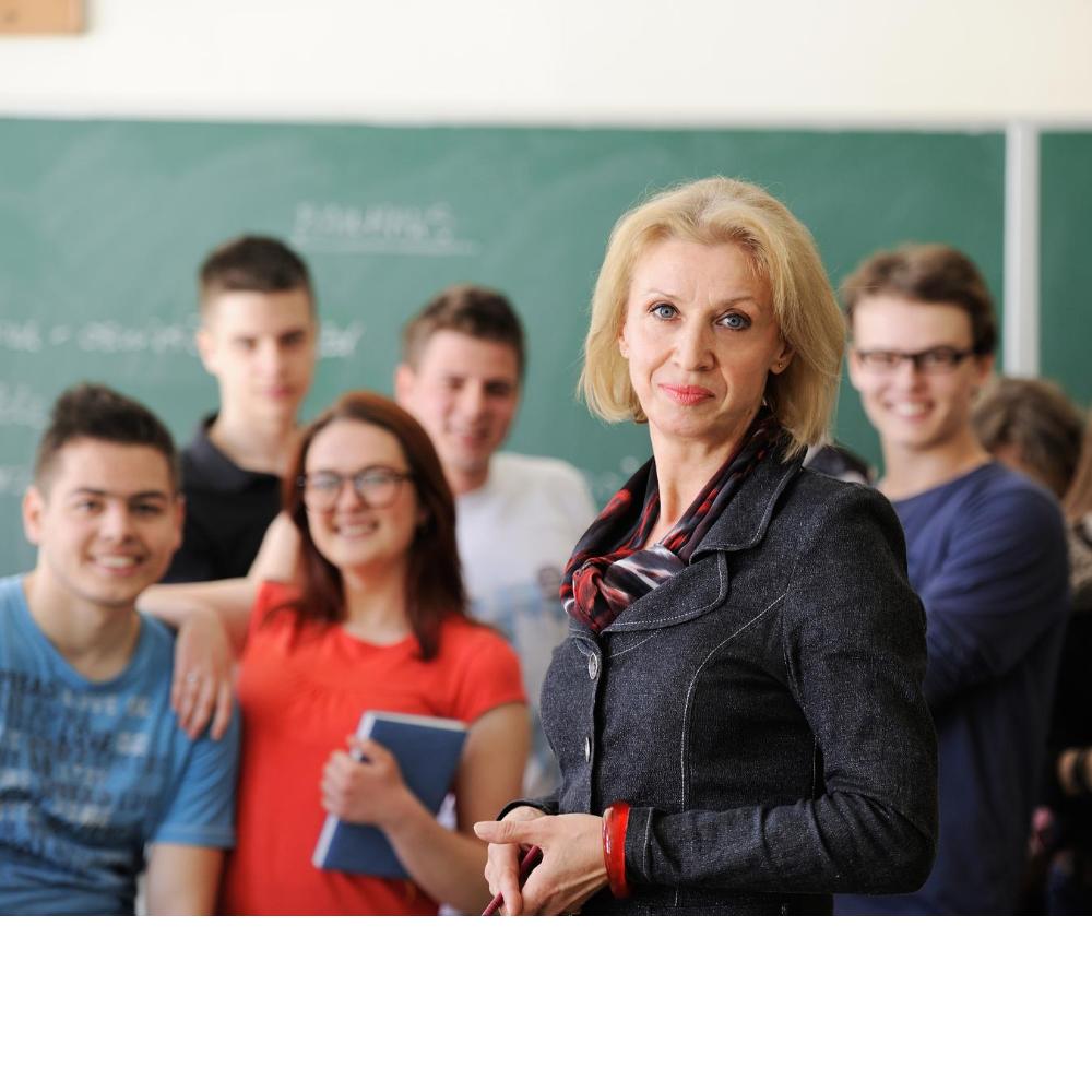 Deutschlehrerin mit glücklichen Schülern im Hintergrund