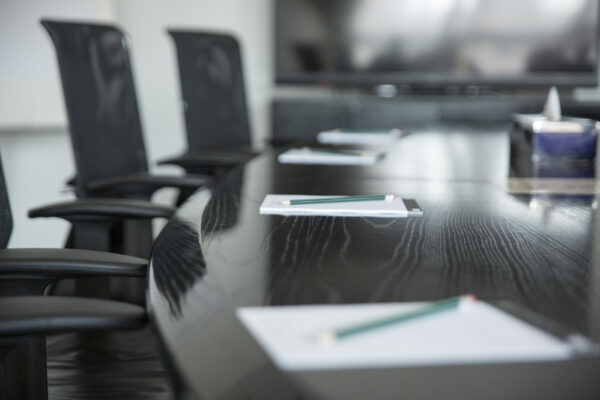 """""""Wirtschaftsdeutsch"""": Ein eleganter Konferenzraum"""